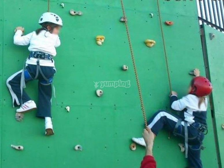 Ninos escalando