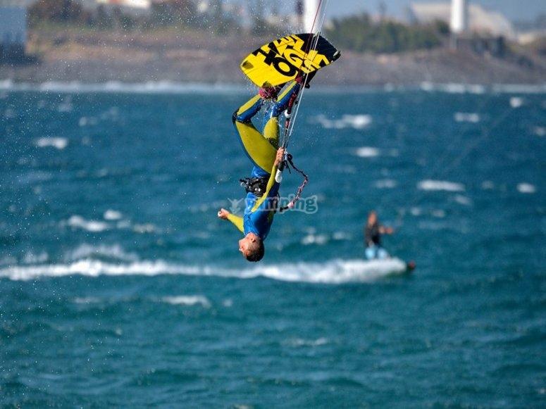 Bocabajo haciendo kitesurf