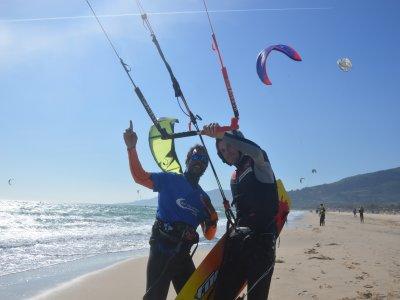 塔里法的两个风筝冲浪和冲浪课程