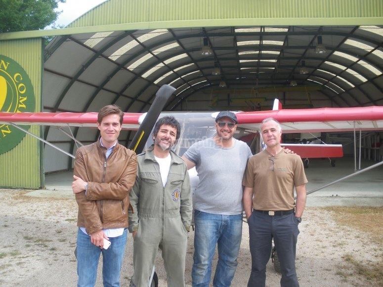 Los pilotos ante la avioneta