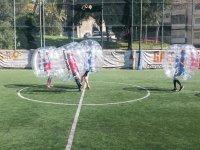 Jugando a bubble football en el campo en Barcelona