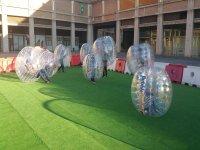 Calentando para bublle football en Barcelona