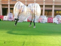 Futbolistas contrincantes en la ciudad condal