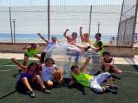 Descanso después de partido de bubble football en Barcelona