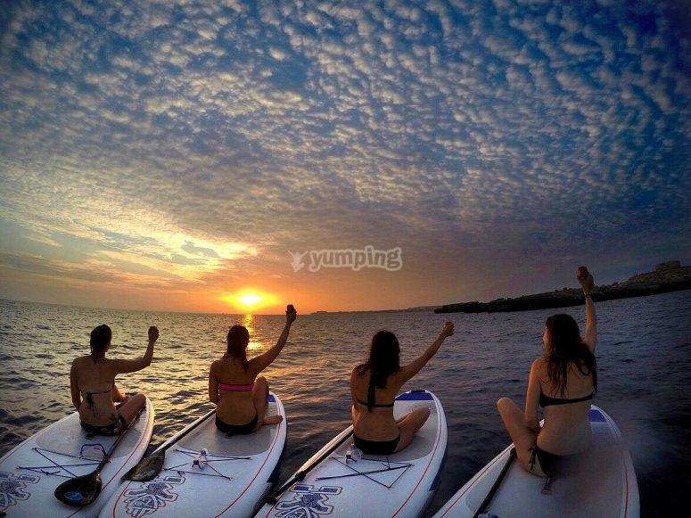 atardecer de paddle surf entre amigas