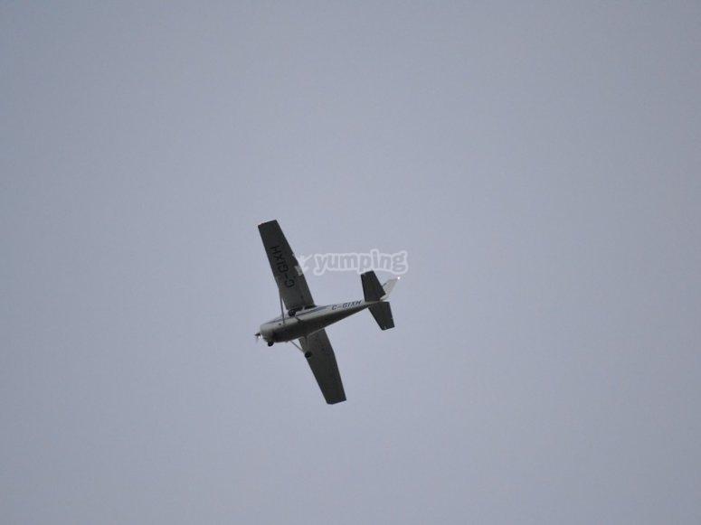轻型飞机对着天空