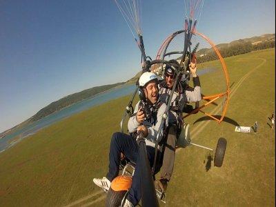 在Arcos de la Frontera的双座动力伞飞行