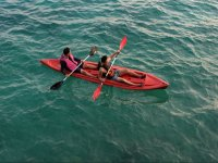Dejandose llevar por las olas en el kayak