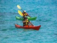 Excursion maritima en varios kayaks