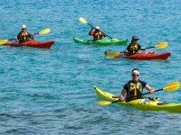 Kayaks de una plaza en el mar