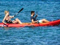 Pareja en kayak de mar doble