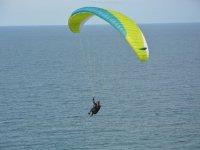 Maniobras de parapente en el mar