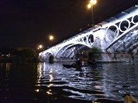 Atravesando el puente de Isabel II en canoa