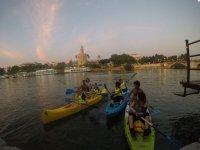 Acercándonos con las canoas a la Torre de Oro