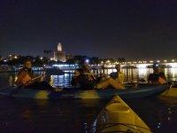 Amigos en los kayaks en la noche sevillana