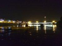 Bajo las luces de Sevilla en los kayaks