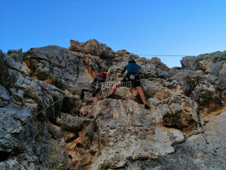 在困难的环境中攀登