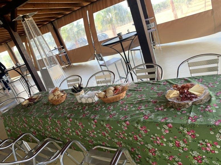 Mesa lista con los aperitivos