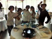 grupo de cocineros preparando una comida