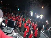 grupo de personas con sudaderas rojas corriendo en fila