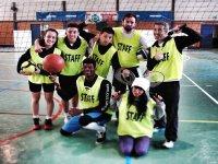 jovenes con camisetas staff con balones y raquetas