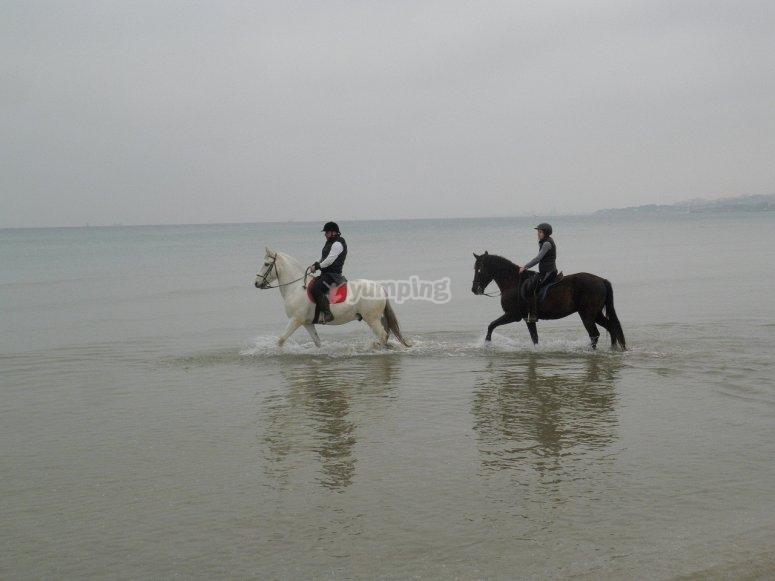 A caballo dentro del agua
