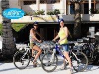 due donne sorridenti in bicicletta