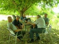 hombres sentados en unas sillas con unas copas de cava