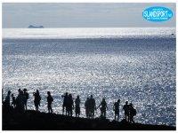 gruppo di persone che camminano sulla spiaggia.JPG