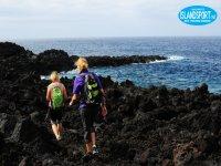 due persone sulla schiena che camminano sull'isola di Lanzarote.JPG