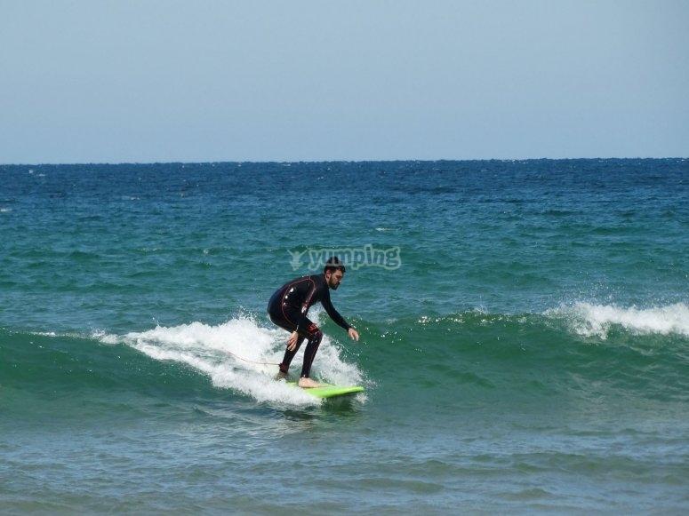 Disfrutando de las aguas en el mar