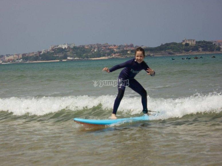 Ninos haciendo surf en playas