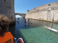 Kayak pasando por el puente