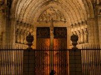 Puerta de la catedral de noche