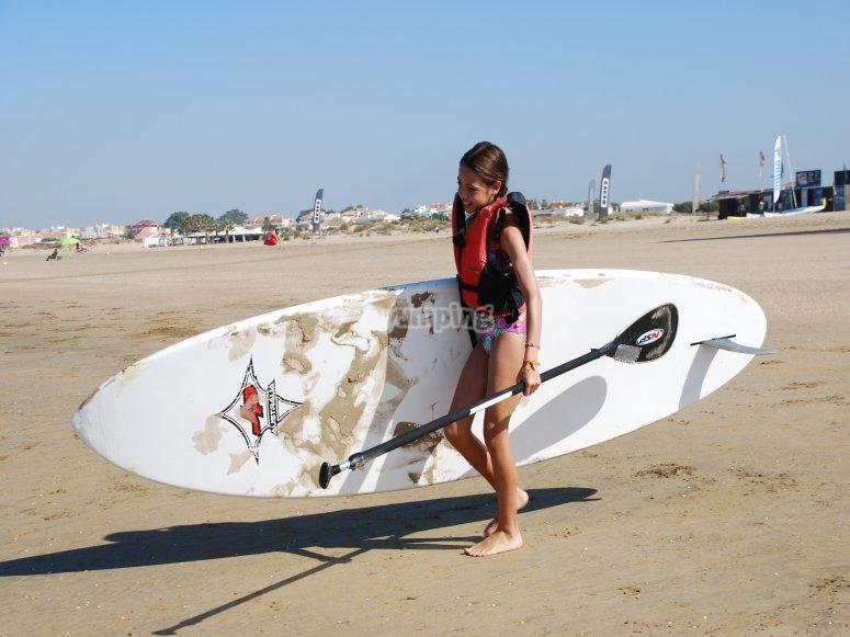 Llevando la tabla de paddle