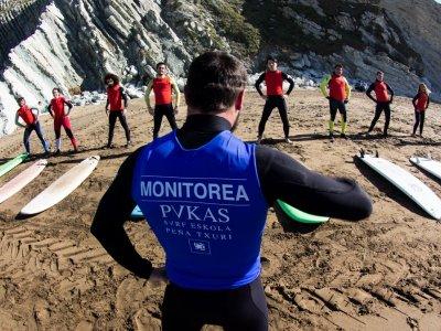 Lección de surf en Sopelana especial grupos