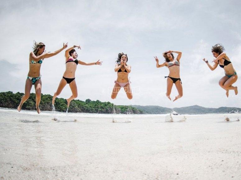 Surferas saltando