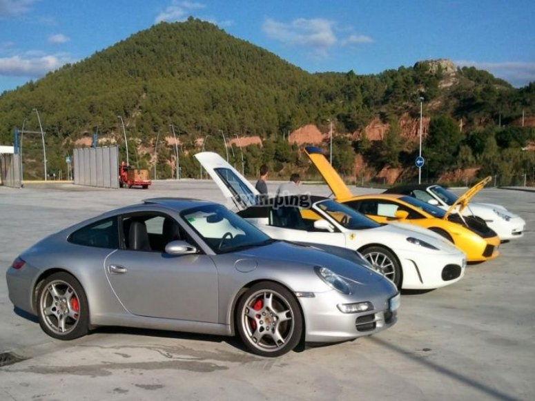 Fila de coches deportivos