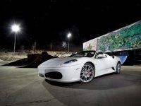 Ferrari blanco por la noche
