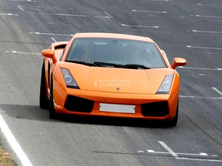 Orange Ferrari sulla pista di gara