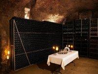 mesa preparada para una cata de vino