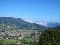 vista aerea de un pueblo entre arboles