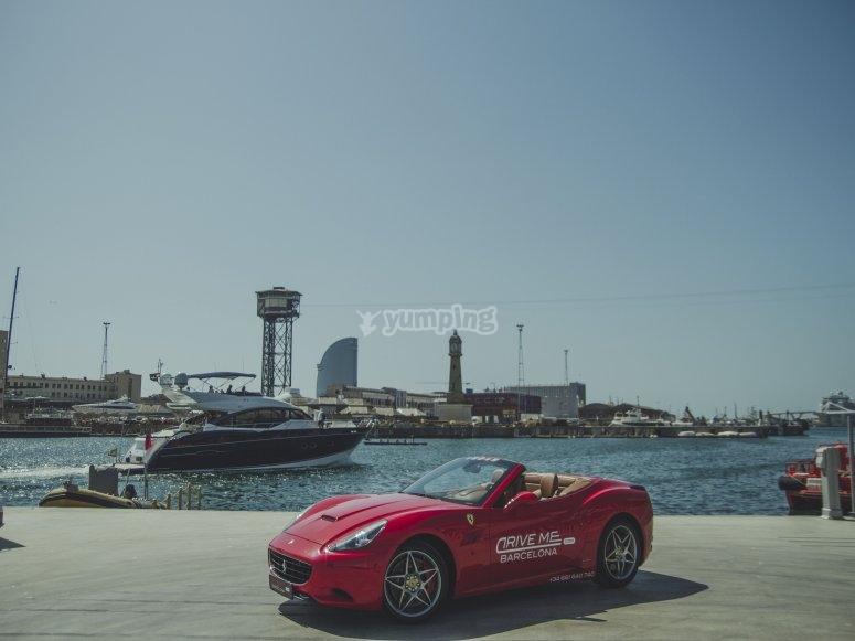 在巴塞罗那港口的法拉利的游览