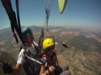 在马拉加的夫妇滑翔伞飞行