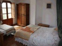 una habitacion con una cama de matrimonio