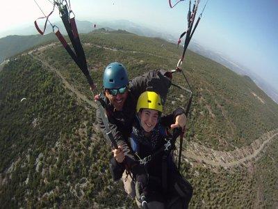 在加的斯Algodonales的双座滑翔伞。