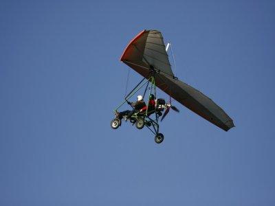 在塞维利亚用一台马达驾驶三角翼