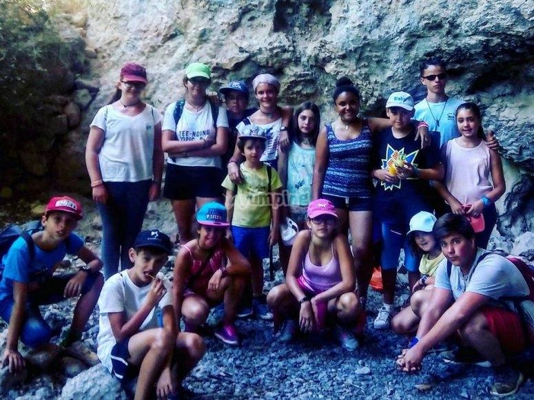 一群学生在营地中