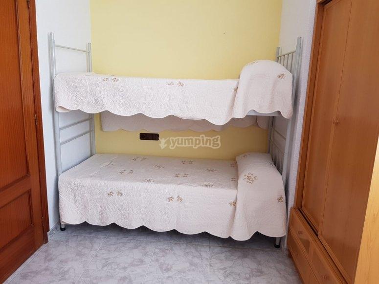 带2张双层床的房间