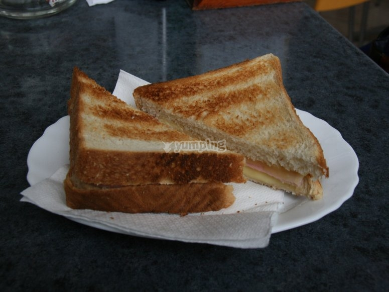 Sandwich de jamon y queso
